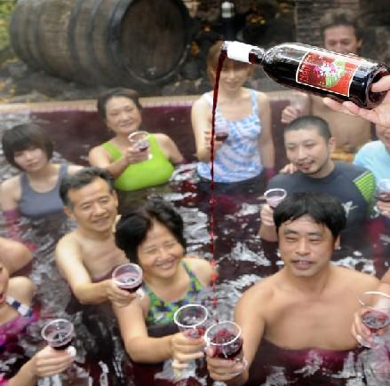 正文  红酒浴:一个古色古香的大木桶,一