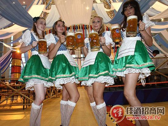 """德国""""酒娘""""靓丽助阵青岛国际啤酒节"""