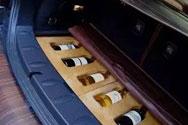 把酒放在汽车后备箱