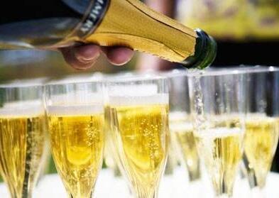 如何倒香槟和其他类型起泡酒