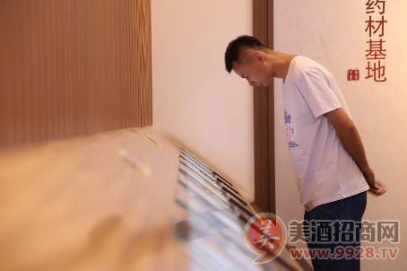 羽毛球世界冠军徐晨现身劲牌公司
