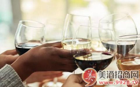 举办party时应该打开客人带来的葡萄酒吗?