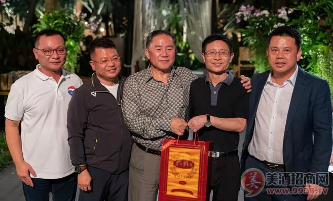 泰国前副辑猜阁下(右三)接受贵州茅台酒进出口公司董事长安怀伦(右二)赠送茅台酒