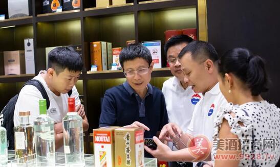 安怀伦董事长(左二)对泰国市场进行考察