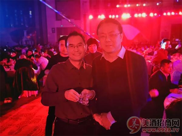 山西丰年酒业有限公司总经理董昌军和中国汾酒城总经理宋青年宋总合影
