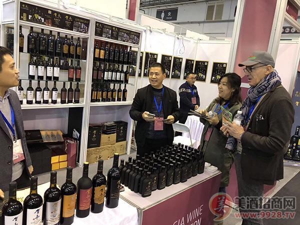 国外客商现场咨询贺丰小瓶葡萄酒