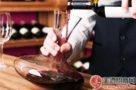 将葡萄酒缓缓倒入醒酒器,在倒入的过程中,氧气会进入酒液,加速氧化