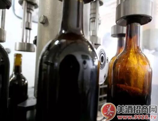 酒庄需要先把橡木桶中熟化好的葡萄酒