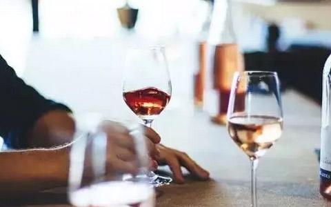 红酒杯壁非常薄,红酒是一个讲究温度的饮品,手的温度会通过薄薄的