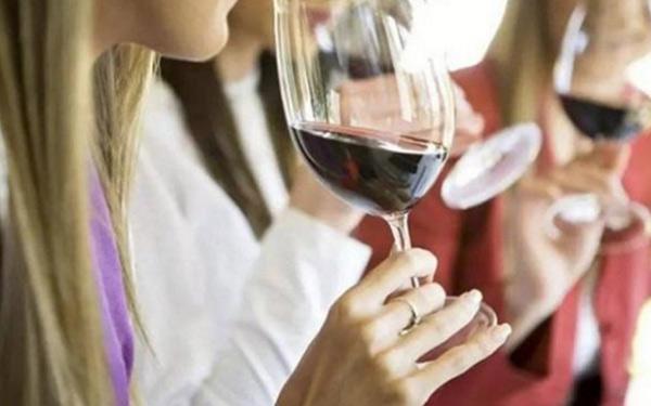 听说喝葡萄酒可以防晒,这是真的吗?