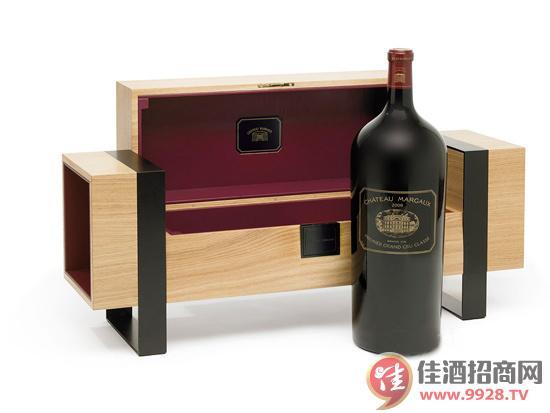近日,有报道称,全世界贵葡萄酒目前在迪拜机场对外出售。据悉,这款标价195000美元的葡萄酒,全世界只有三瓶限量版外售。  这瓶12升的葡萄酒由法国波尔多地区的Margaux酒庄酿造,已经在迪拜国际机场的Le Clos葡萄酒卖场对外展示。  Margaux葡萄酒庄被誉为全世界好的酒庄之一,其2009年酿制的葡萄酒是该酒庄出场的质量为上乘的葡萄酒。  据悉,如此