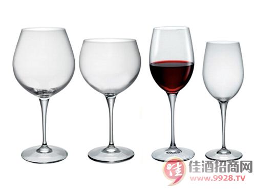 为何葡萄酒杯是细长腿?