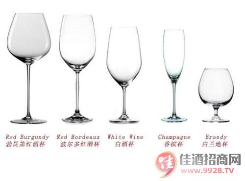 清洁酒杯的具体步骤如下:1,在清洗酒杯前,最好