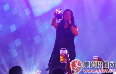 在开幕节当天,京东还在青岛海滨浴场搭建了一个高6米、直径4米的巨型啤酒桶,吸引了众多游人。以巨型啤酒桶为中心,京东为现场游人组织了多个趣味互动活动。例如参与者站在啤酒桶前用方言大声喊出发家致富靠劳动,勤俭持家靠京东,如果声音足够大,即可获赠进口听装啤酒;或者多个参与者分成两队,在10秒内能够以少人数完成环抱啤酒桶的团队,也可获得进口听装啤酒。在8月23日,京东巨型啤酒桶将再次出现在奥帆中心,为更多参与者带来快乐体验。