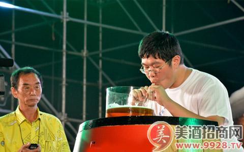 青岛啤酒节酒王之争 大海无量 夺**