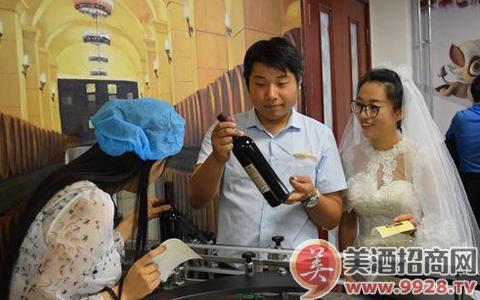 游客在北京张裕爱斐堡国际酒庄的创意微工厂DIY制作葡萄酒酒标。