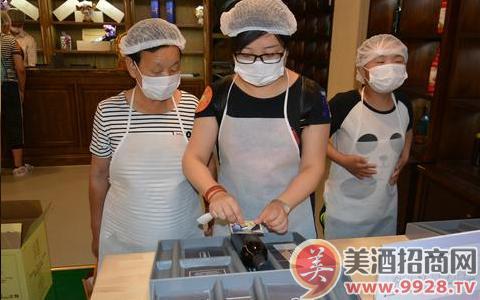 """游客在陕西张裕瑞那城堡酒庄的""""快乐梦工场""""体验贴酒标。"""