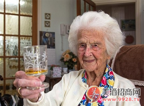 英111岁老人谈长寿:夜晚睡前饮小酒