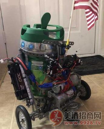 美国一大学生研发出送啤酒机器人 可远程操控