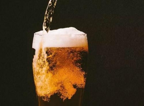 """英国专 家用""""法老""""配方酿造啤酒"""