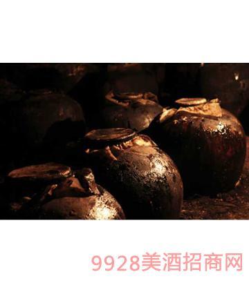 四十年的洞酿原浆,向坛体外溢出了神奇的酒脂