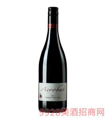 杂技演员黑皮诺红葡萄酒
