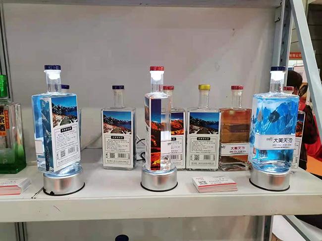 低门槛、高颜值、高品质的光瓶酒亮相2021安徽糖酒会,卧龙泉酒业成热门!
