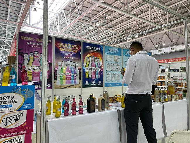 热销网红苏打酒惊艳亮相2021临沂糖酒会,山东欧克斯展会现场人气爆棚!
