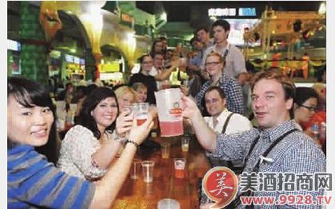 现代化青岛啤酒生产流水线