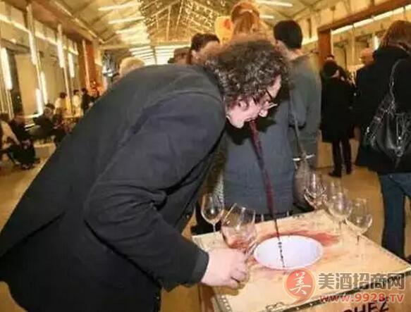 """""""陌生人之吻"""":由吐出来的葡萄酒制成的烈酒,你敢喝吗?"""