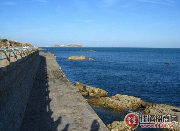 途径青岛海滨风景区和石老人旅游度假区的主要风景点