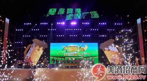 青岛国际啤酒节期间,世纪广场南端的大型舞台和