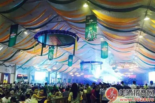 2015大连国际啤酒节上青岛啤酒大棚被热捧