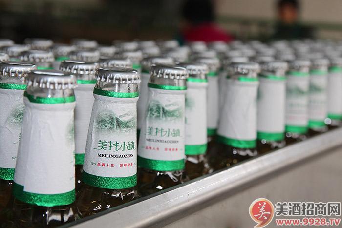 美林小镇啤酒-贴标后