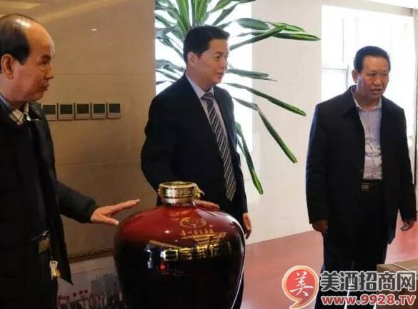 郭宗文董事长详细了解白金封坛酒