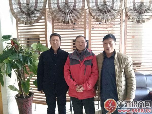中间的是中国山葡萄教授沈育杰左面高个是山葡萄特产研究所艾主人右面是我,去年十一月份在吉林集安开会合影的