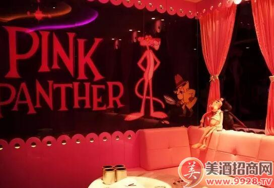 木头人偶,都能让来的人一见倾心,尤其是他家的粉红顽皮豹主题的包间