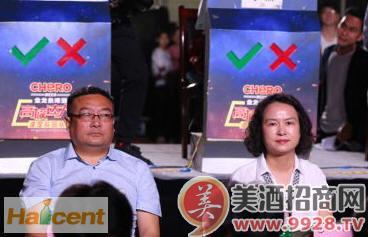 金龙泉啤酒湖北公司副总经理刘燕(右)、武汉销售公司经理郭安斌(左)为活动助力