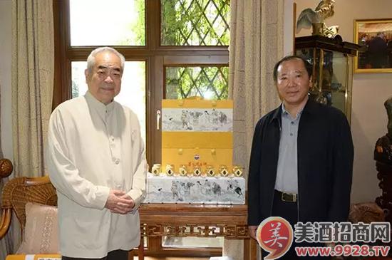 在《沧海行——八仙过海图》纪念酒前范曾先生与袁仁国董事长合影