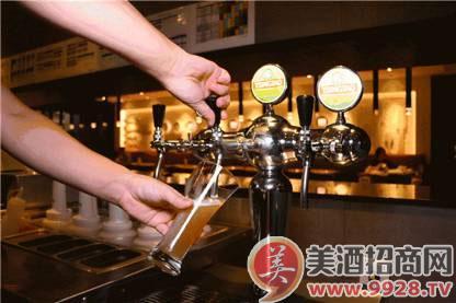 必胜客居然也卖起了扎啤?就说青岛啤酒和世界美食都很