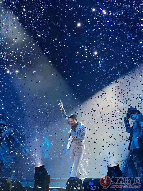 9月9日晚,西凤酒之夜张学友2017ACLASSICTOUR创造永恒经典第100场演唱会在古城西安激情上演。虽然西安秋雨绵绵,但陕西体育场座无虚席,近8万观众在雨中挥舞荧光棒,呐喊着、欢呼着度过了3个小时的欢乐时光。