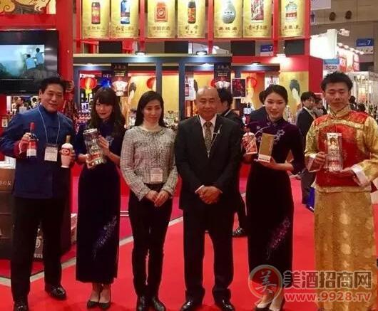 日和商事株式会社代表取缔役社长黄曜东(右三)、营业部部长郭斌(左一)