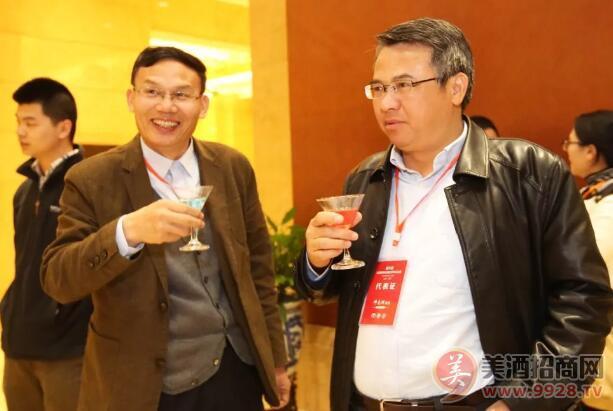 中外两院院士共饮以青花汾酒为基酒调制的鸡尾酒