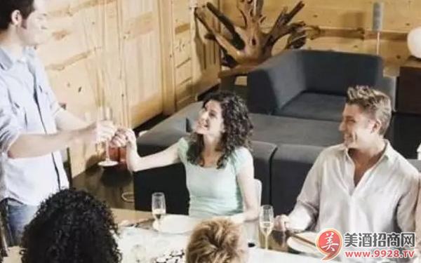 你知道饮用葡萄酒时应该如何敬酒吗?