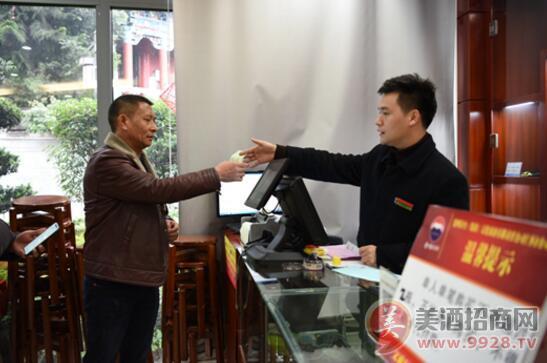 中国酒文化城值班人员在为消费者服务