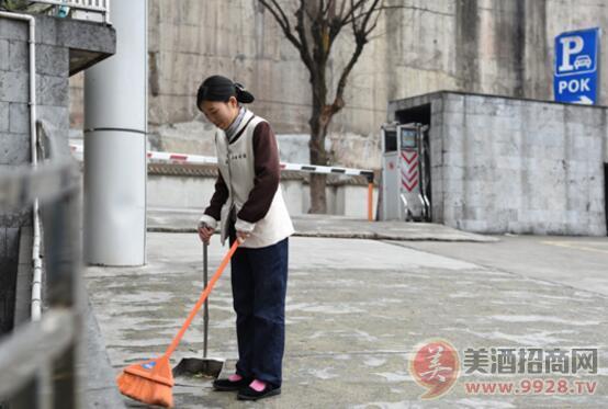 值班的保洁人员在厂区清扫