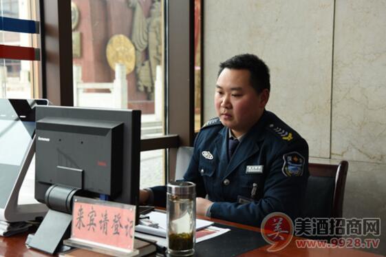 安保人员在办公大楼值班