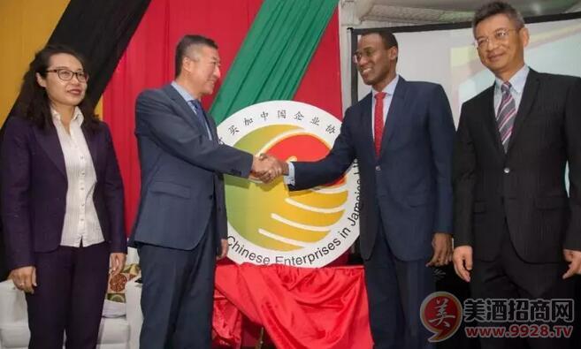 田琦大使与奈吉尔・克拉克部长共同为牙买加中国企业协会揭牌