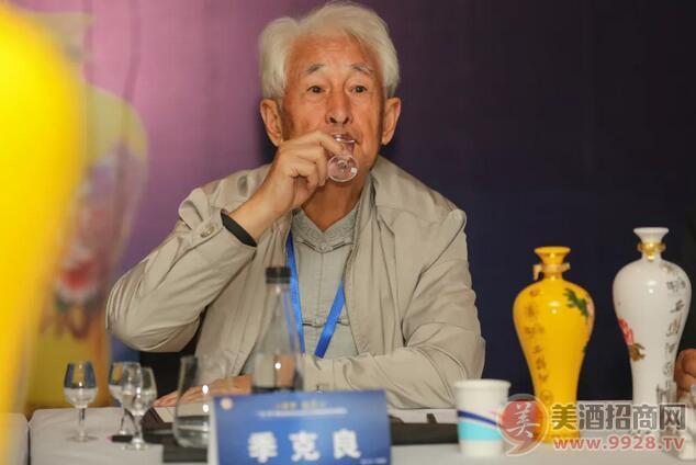 著名白酒大师、原茅台酒厂名誉董事长季克良品鉴国花瓷西凤酒