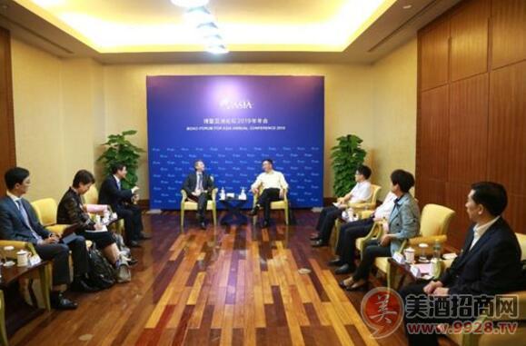 茅台集团总经理李保芳与新加坡淡马锡公司总裁谢松辉进行座谈